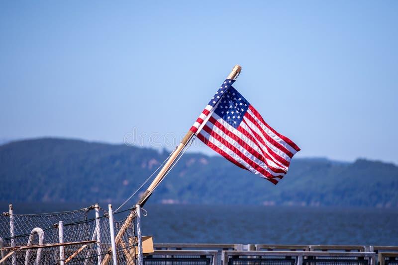 Amerikaanse Vlag op een achtersteven van een boot royalty-vrije stock afbeelding