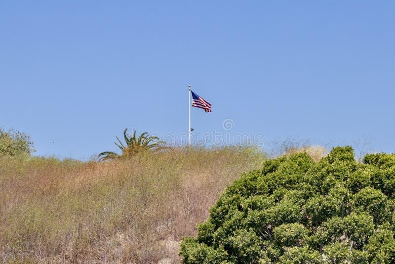 Amerikaanse vlag op een heuvel stock foto's