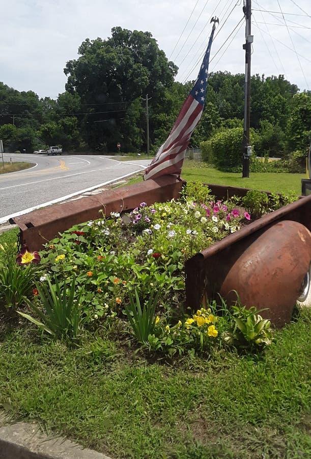 Amerikaanse Vlag over bloemen stock afbeeldingen