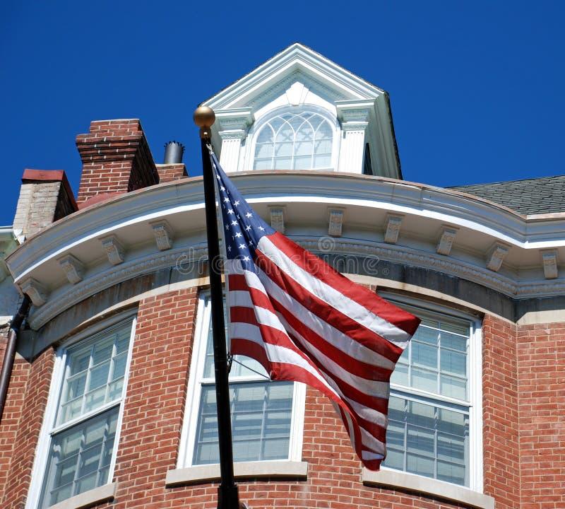 Amerikaanse Vlag voor het Huis van de Baksteen stock foto