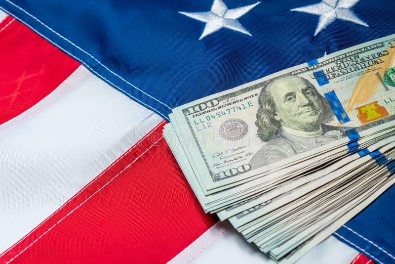 Amerikaanse vlagclose-up en een bos van dollar 100 stock foto