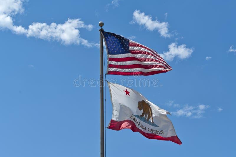 Amerikaanse vlaggen die in de blauwe hemel weven stock foto