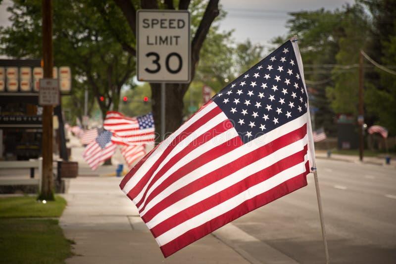 Amerikaanse Vlaggen die de Straat voeren royalty-vrije stock afbeeldingen