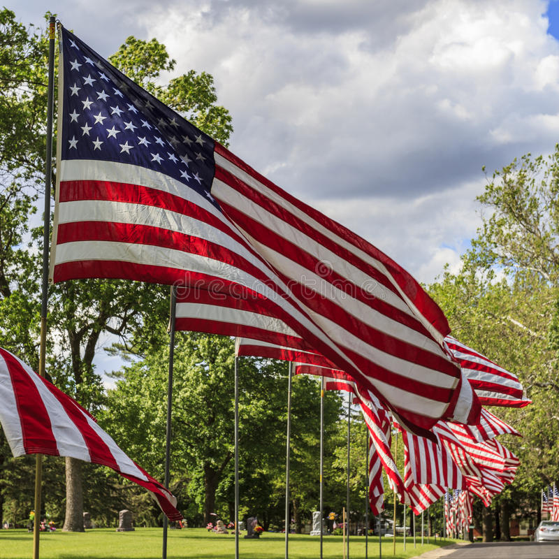 Amerikaanse vlaggen die in de wind vliegen royalty-vrije stock afbeelding