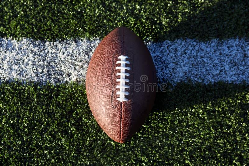 Amerikaanse voetbal op gras, close-up stock afbeeldingen
