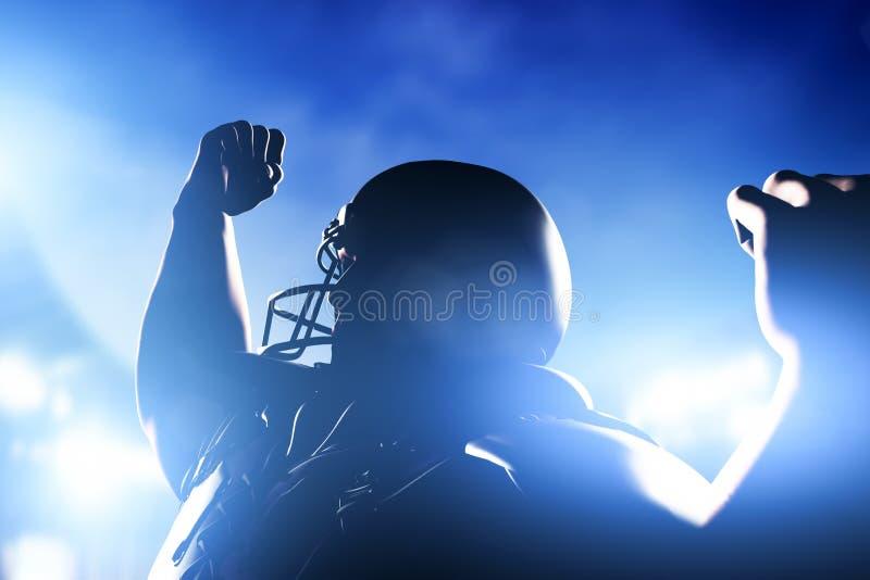Amerikaanse voetbalster het vieren score en overwinning stock afbeeldingen