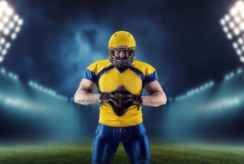 Amerikaanse voetbalster met bal op het stadion royalty-vrije stock fotografie