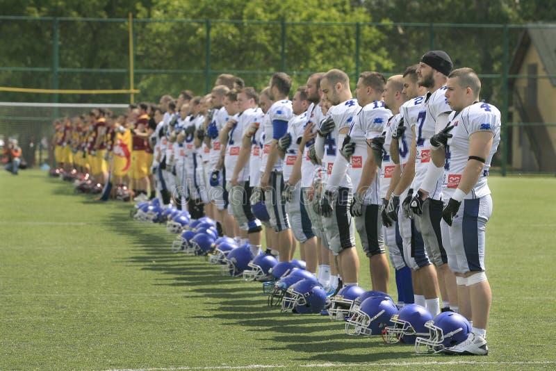 Amerikaanse Voetbalwedstrijd tussen Wolven en Blauwe Draak royalty-vrije stock foto