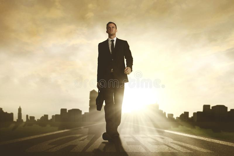 Amerikaanse zakenman die boven carrièrewoord lopen royalty-vrije stock afbeelding