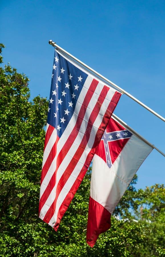 Amerikan- och förbundsmedlemflagga royaltyfria bilder