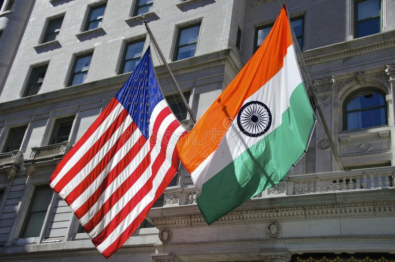 Amerikan- och indierflaggor arkivbild