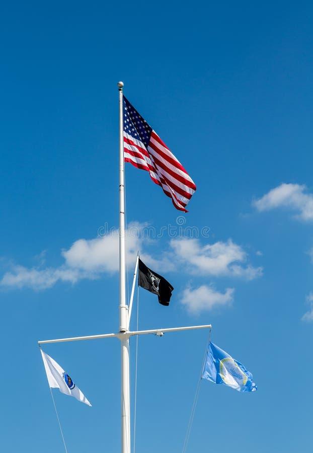 Amerikan- och POWflagga på den vita masten royaltyfria foton