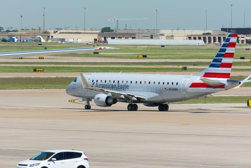 AmerikanEagle Airlines Jet väntande på tagande-av arkivfoton
