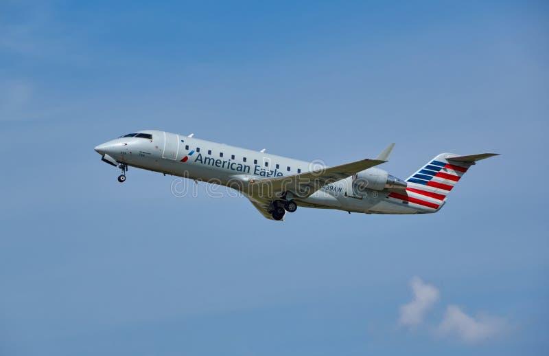 AmerikanEagle flygplan som tar av royaltyfri fotografi