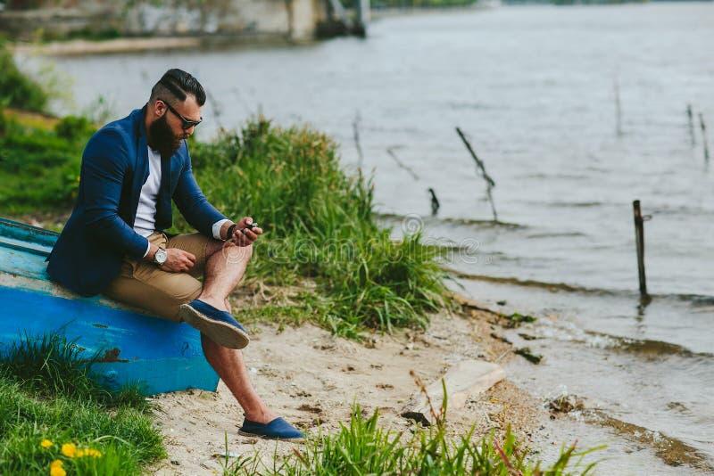 Amerikanen uppsökte mannen ser på flodbanken fotografering för bildbyråer