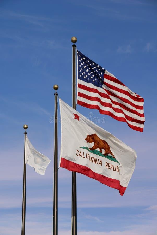 Amerikaner und Kalifornien-Markierungsfahnen stockbilder