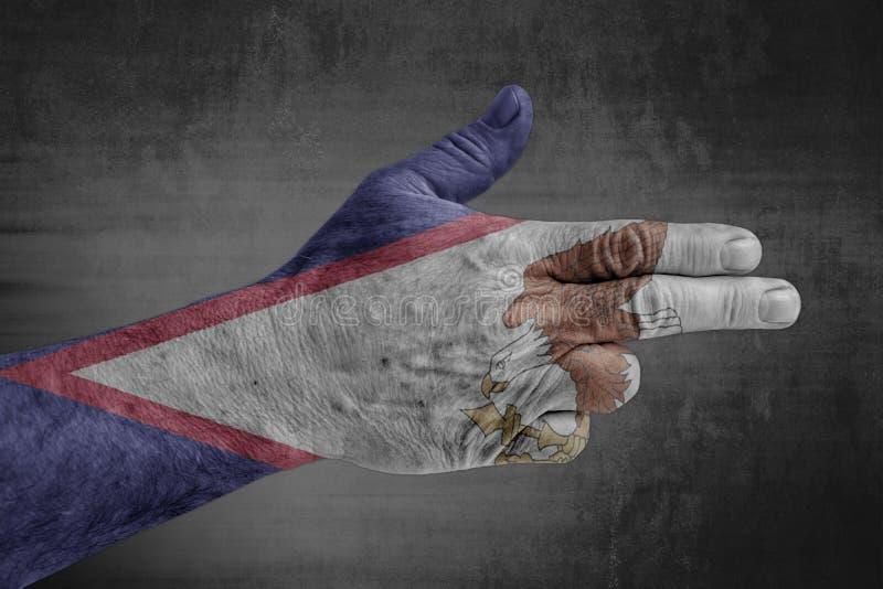 Amerikanisch-Samoa-Zustandsflagge gemalt auf männlicher Hand wie einem Gewehr stockbilder