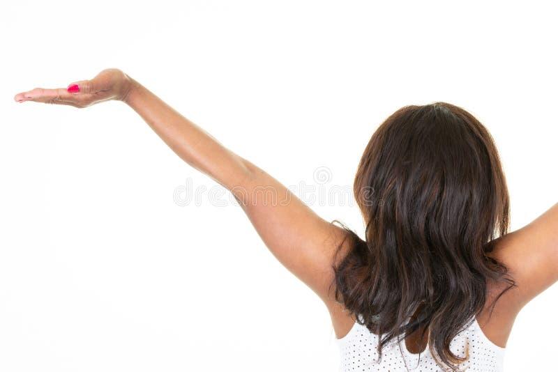 Amerikanische afrikanische Frau mit den Händen stehen oben hinter hinterer hinterer Ansicht stockfotografie
