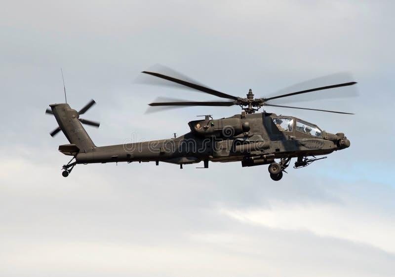 AMERIKANISCHE Armee Apache AH-64, der in der Aktion sich entfernt lizenzfreie stockfotos