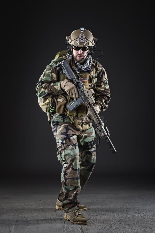 AMERIKANISCHE Armee-Soldat auf dunklem Hintergrund stockbilder