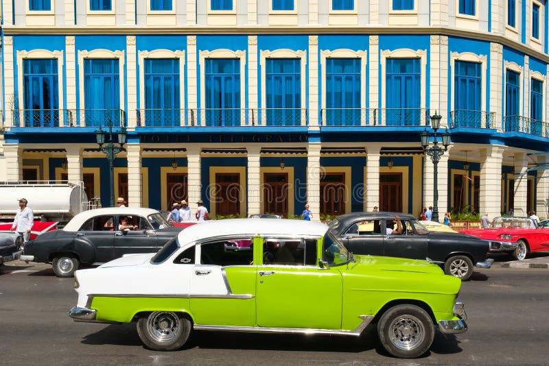 Amerikanische Autos der Weinlese in im Stadtzentrum gelegenem Havana stockbild