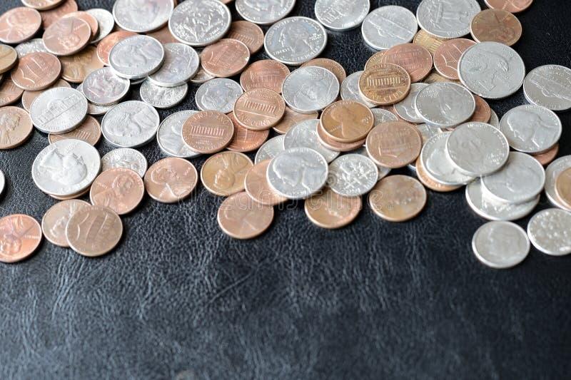 Amerikanische Cents zerstreut auf eine dunkle Oberfläche stockbilder