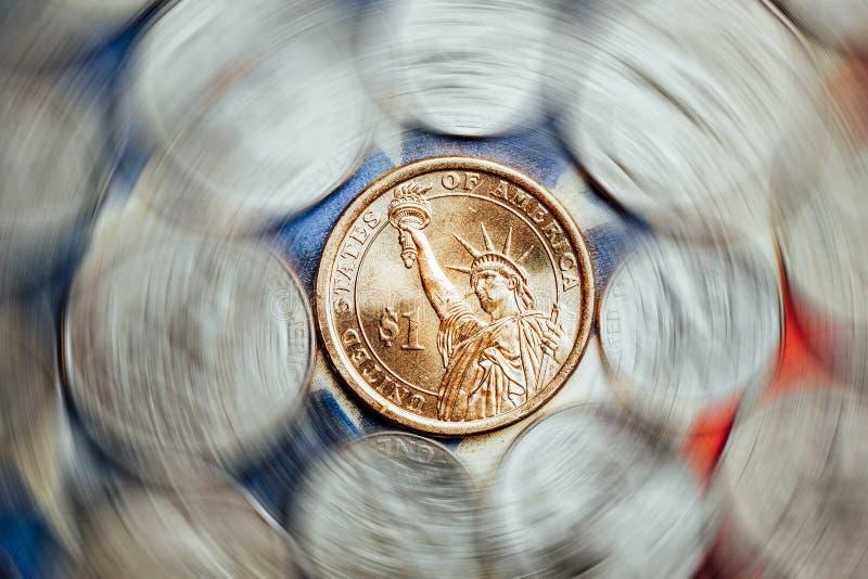 Amerikanische Dollar- und Centmünzen stockbild