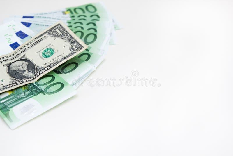 Amerikanische Dollarnahaufnahme von blauen Eurogeldbanknoten Dollar in einer Flasche Eurobargeld auf wei?em Hintergrund lizenzfreie stockfotos