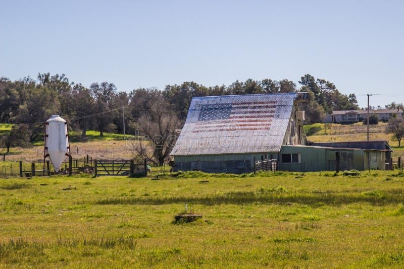 Amerikanische Flagge auf Dach der Scheune stockbilder