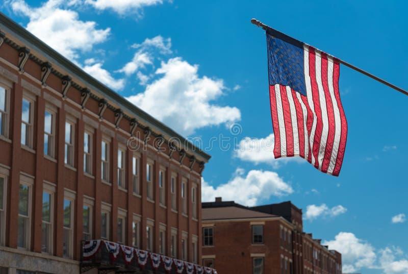 Amerikanische Flagge auf einem Gebäude in Chicago lizenzfreie stockfotografie