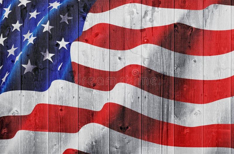 Amerikanische Flagge auf hölzerner Hecke stockbild