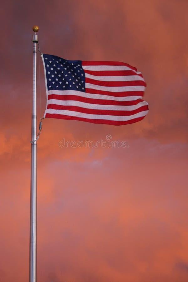 Amerikanische Flagge in den Sturm-Wolken lizenzfreie stockfotografie