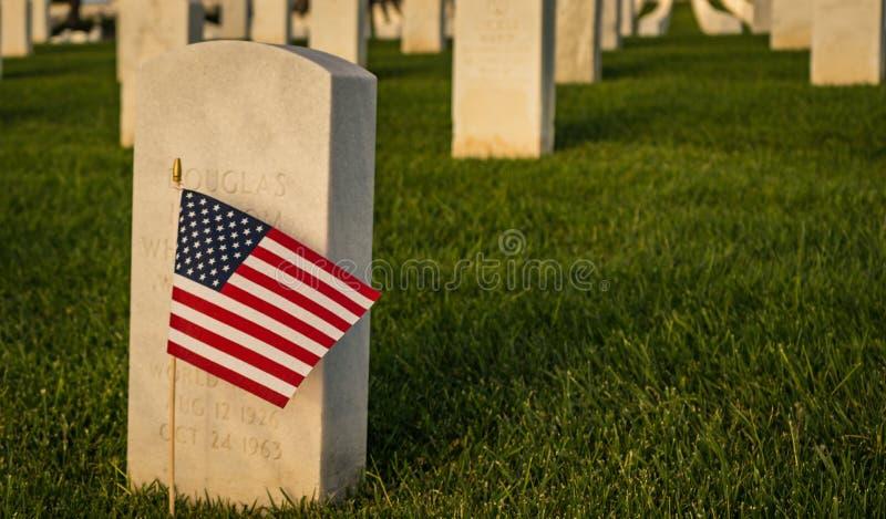 Amerikanische Flagge an der ernsten Markierung des gefallenen Soldaten stockbilder