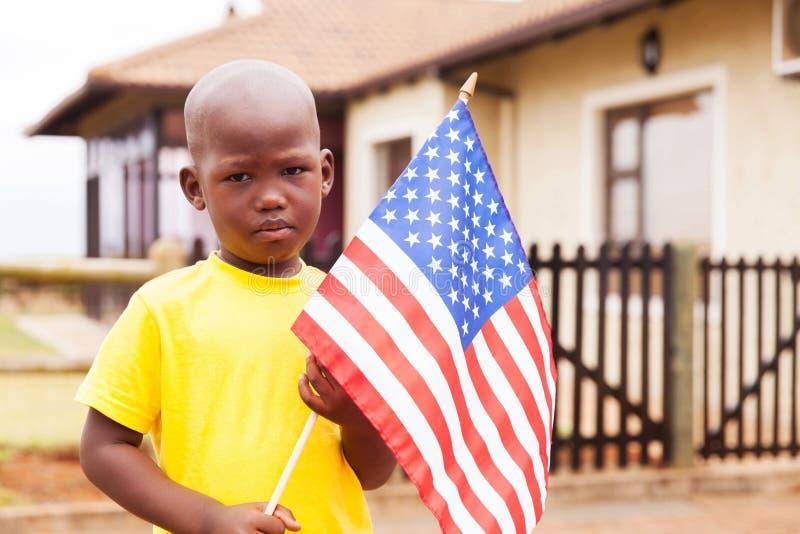 Amerikanische Flagge des kleinen Jungen lizenzfreie stockfotos