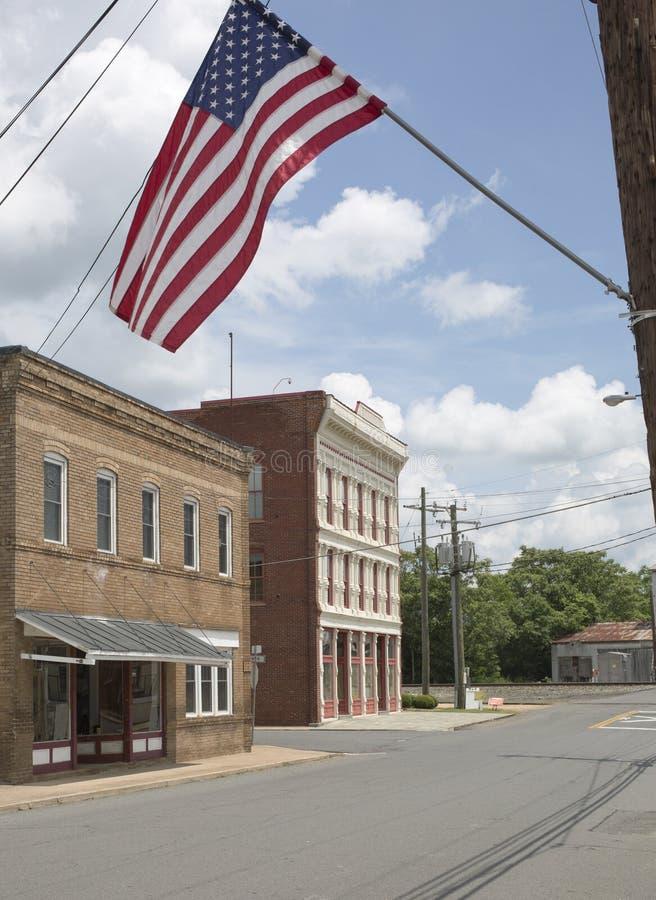 Amerikanische Flagge, die über Main Street in Remington Virginia fliegt stockfoto
