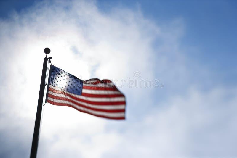 Amerikanische Flagge, die in der Brise durchbrennt. stockfotos