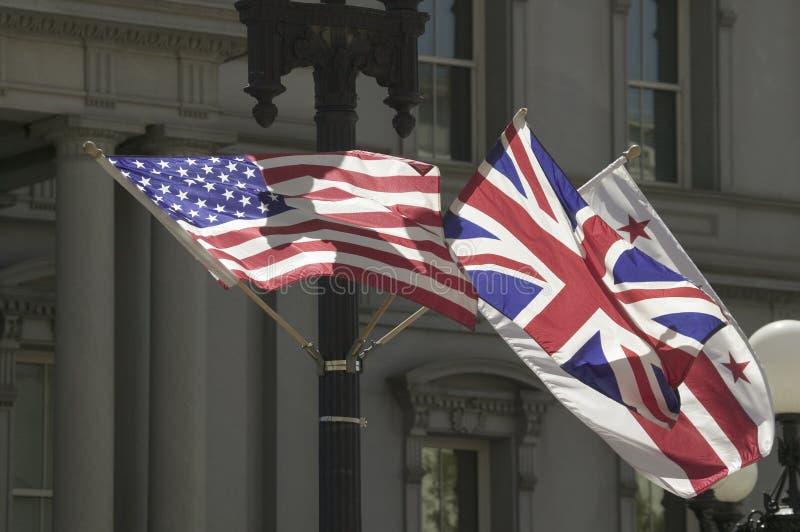 Amerikanische Flagge, Die Mit Verband Jack British Flag Hängt Lizenzfreie Stockbilder