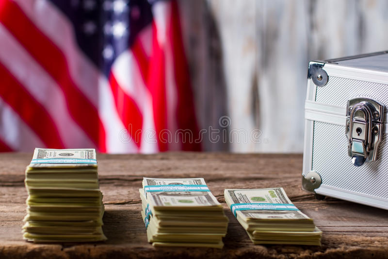Amerikanische Flagge, Dollar und Fall lizenzfreies stockbild