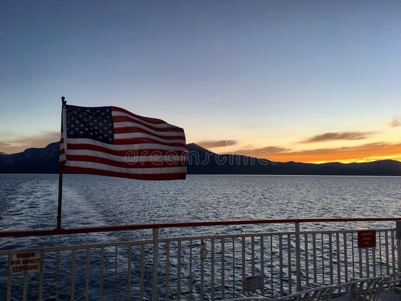 Amerikanische Flagge in einem Boot stockbild