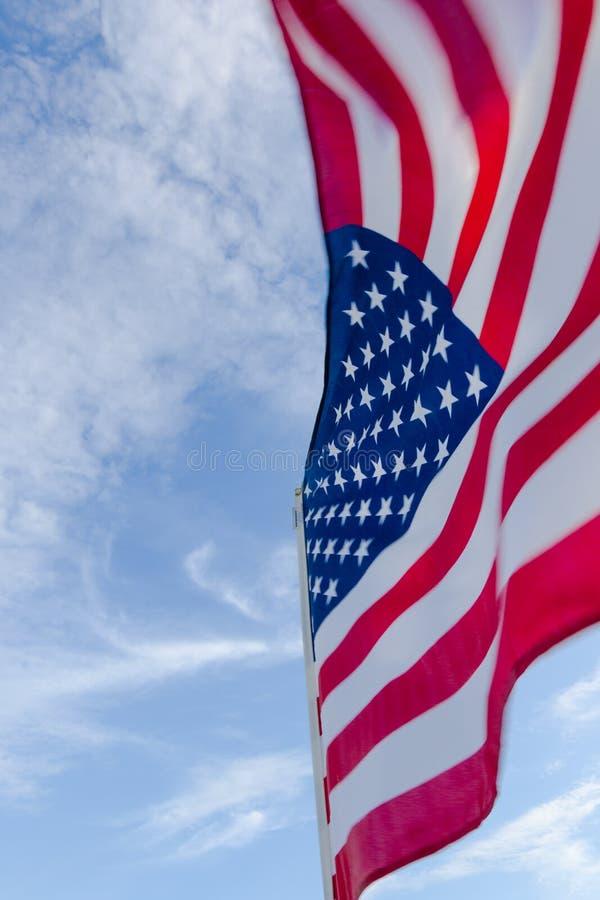 Amerikanische Flagge gegen einen blauen Himmel lizenzfreie stockfotografie