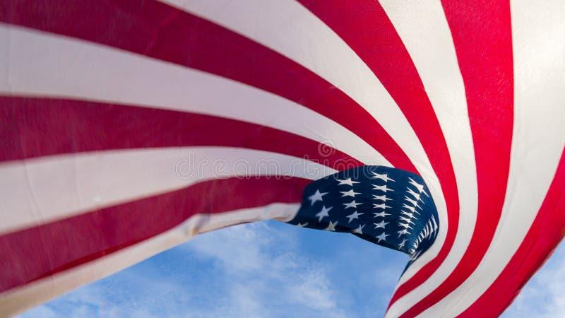 Amerikanische Flagge gegen einen blauen Himmel stockbilder