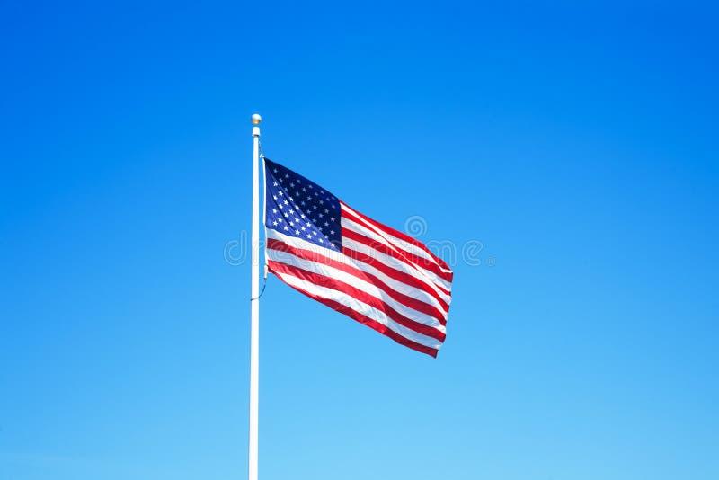 Amerikanische Flagge mit blauem Himmel für Memorial Day oder 4. von Juli stockfoto