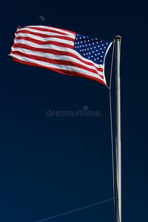 Amerikanische Flagge mit Mond im Hintergrund lizenzfreie stockfotografie