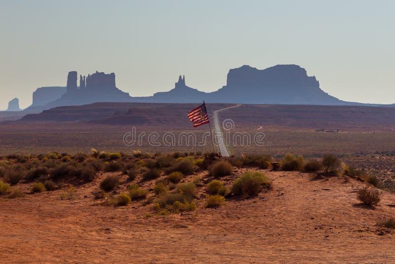 Amerikanische Flagge Monument-Tal-Navajo-in der Stammes- Reservierungslandschaft stockbilder