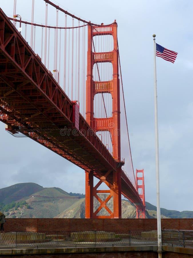 Amerikanische Flagge nahe Golden gate bridge lizenzfreie stockbilder