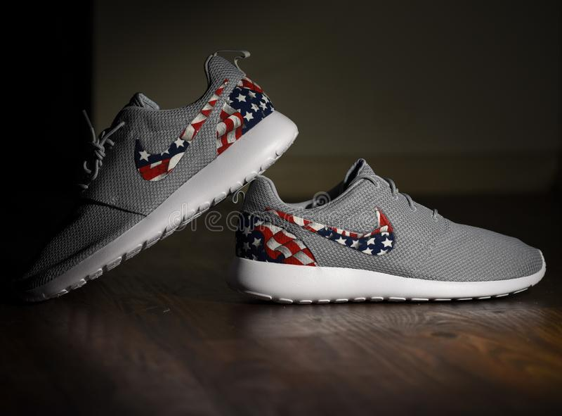 Amerikanische Flagge Nike Roshes lizenzfreies stockfoto