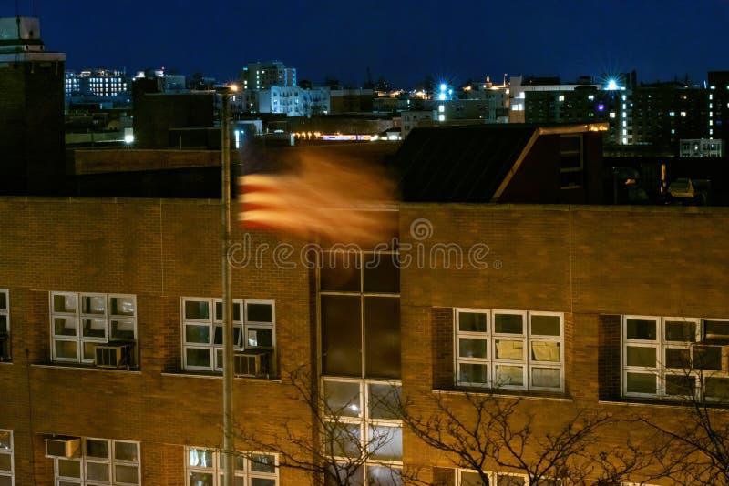 Amerikanische Flagge, Sterne u. Streifen, bewegend in den Wind während einer Ruhe und einer ruhigen Nacht im Bronx, NY, USA welle stockfotos