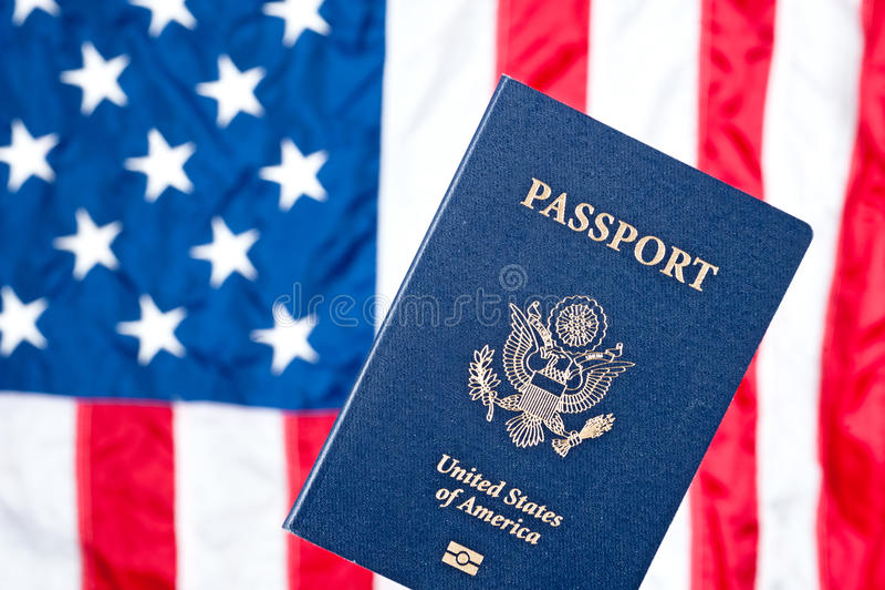 Amerikanische Flagge und Paß stockbild