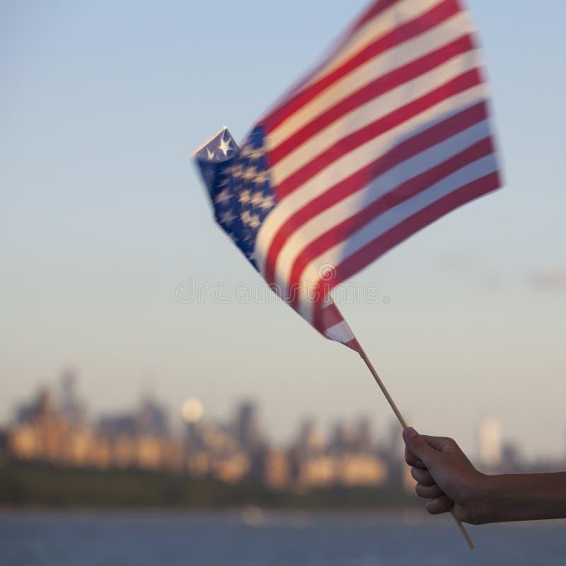 Amerikanische Flagge während des Unabhängigkeitstags auf Hudson River mit einer Ansicht bei Manhattan - New York City - Vereinigt lizenzfreie stockfotos