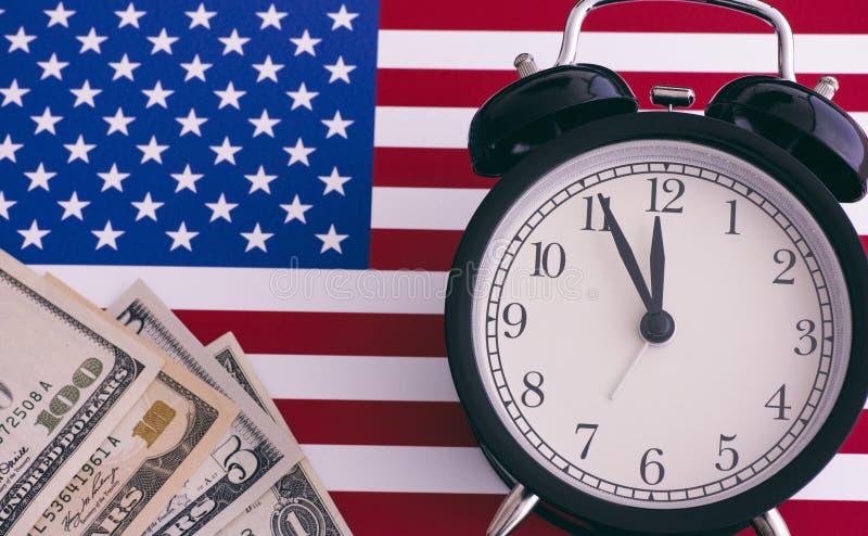 Amerikanische Flagge, Wecker und Dollar stockbild